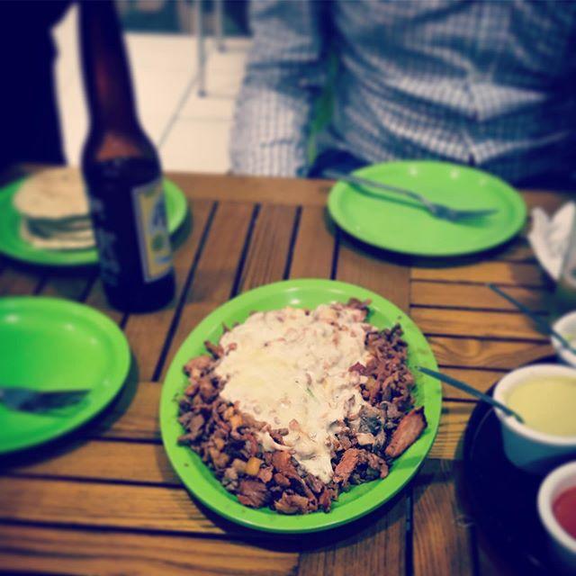Que me vez?El clásico de bistec con pastor, piña y queso. La salsa roja de chile de árbol está muy recomendable!